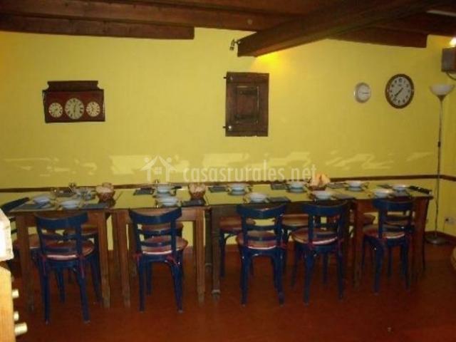 Casa carpintera en escalona huesca for Sillas azules comedor