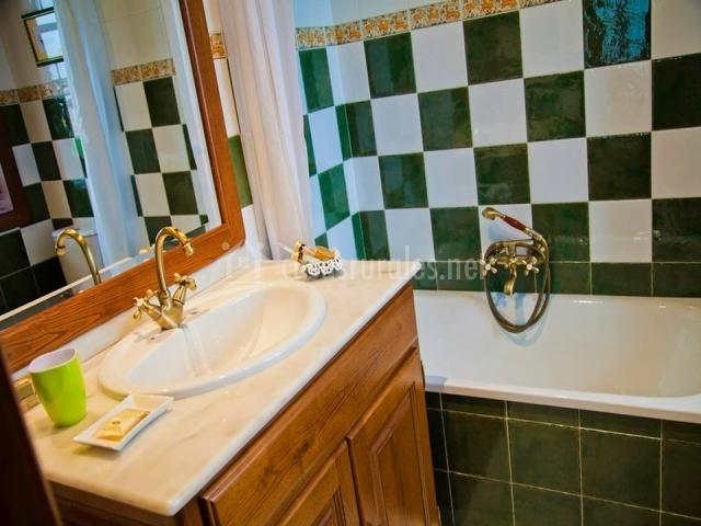 Baños Con Azulejos Verdes:camas individuales con baúl a los pies cama individual con