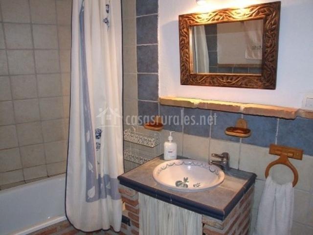 Cortinas De Baño Granada: en nuestra casa Uno de ellos cuenta con bañera con cortina de baño