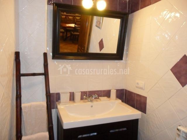 Decoracion Baño Rural:Baño de la casa rural con escalera de madera a modo de decoración