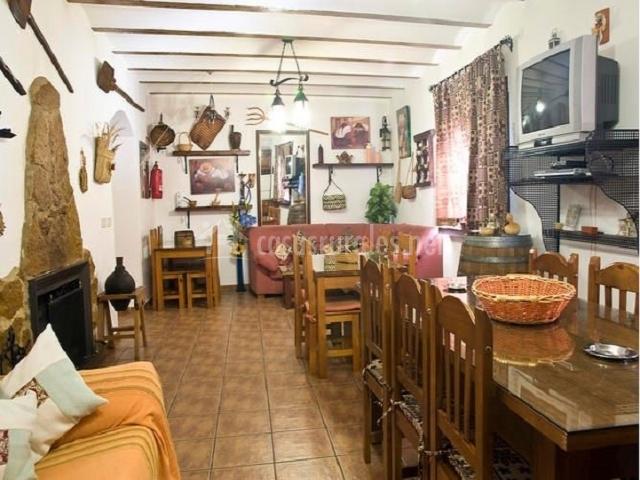 Muebles De Baño Triana:-comedor con sofá de esquina, 3 mesas para 14 personas y chimenes de