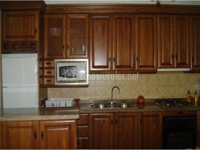 Muebles De Baño Triana:Cocina abierta con barra americana, muebles de madera, nevera