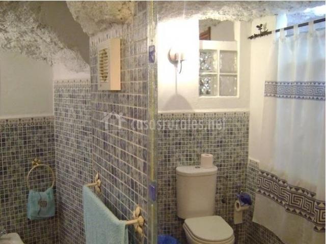 Cortinas De Baño Granada:Baño con azulejos pequeños, bañera de obra con cortina