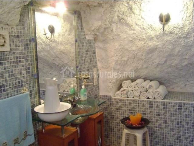 Azulejos Baño Granada:Baño con espejo, lavabo de cristal y azulejos pequeños