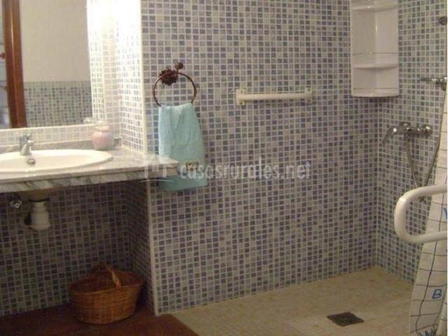 Baño Discapacitados Barras:Segundo baño con ducha con cortina y barra para discapacitados
