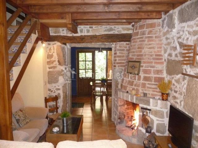El corral del cura en la aldehuela vila for Muebles de salon con chimenea