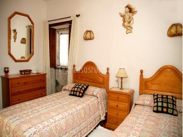 Casa leira braulia vivienda b en camposancos a guarda - Dormitorios con dos camas ...