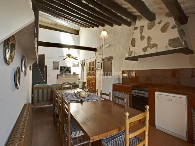Baños Romanos Girona:Vistas de la cocina y la mesa de comedor