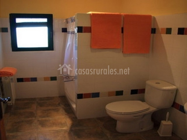 Baños Con Duchas Dobles:cocina comedor con tv salón con chimenea baño con ducha