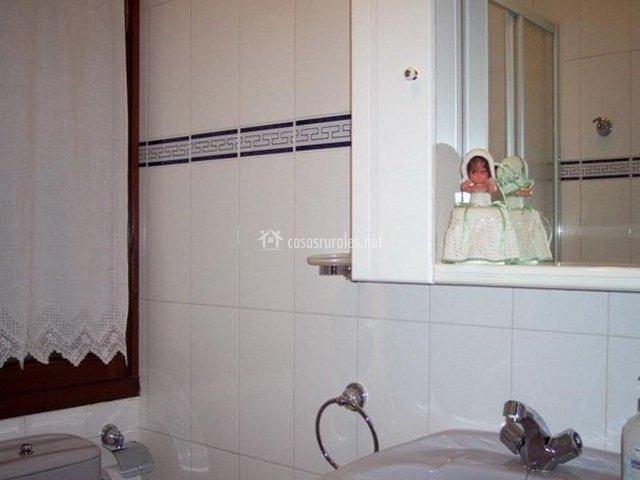 Cuarto De Baño Blanco Y Azul: Fotos reflejado pared azul gabinete ...