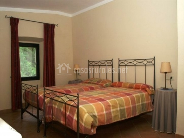 Cal menut can mun en vilopriu girona - Dormitorios con dos camas ...