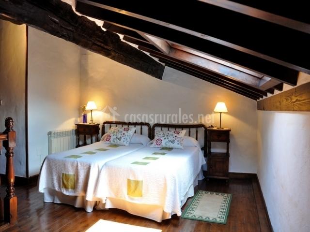 Casa generosa en tresgrandas asturias for Abuhardillado