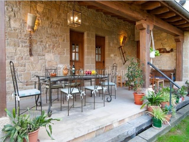 Casa rural el pajar en orisoain navarra for Fachadas de casas con porche