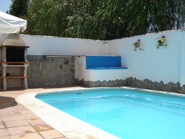 Casa la vega casas paqui en el bosque c diz for Barbacoa y piscina madrid