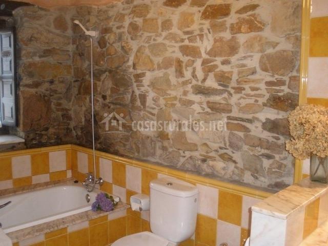 Cuartos De Baño Color Amarillo:Cuarto de baño adoquinado en amarillo y con piedra descubierta