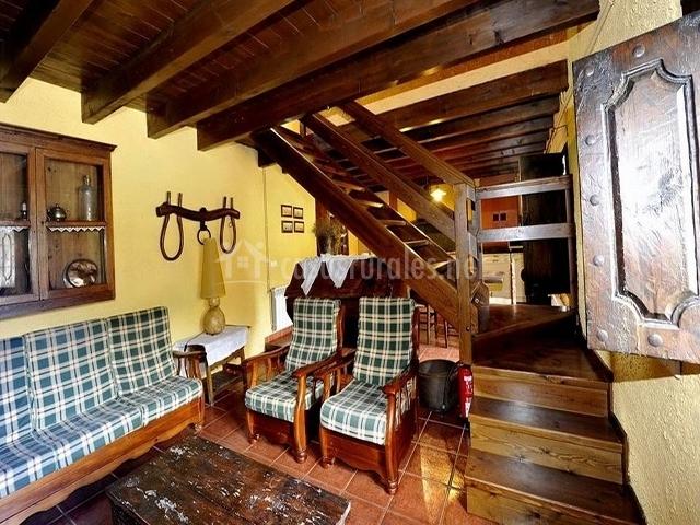 Muebles Baño Rusticos Girona:Salón rústico con muebles de madera