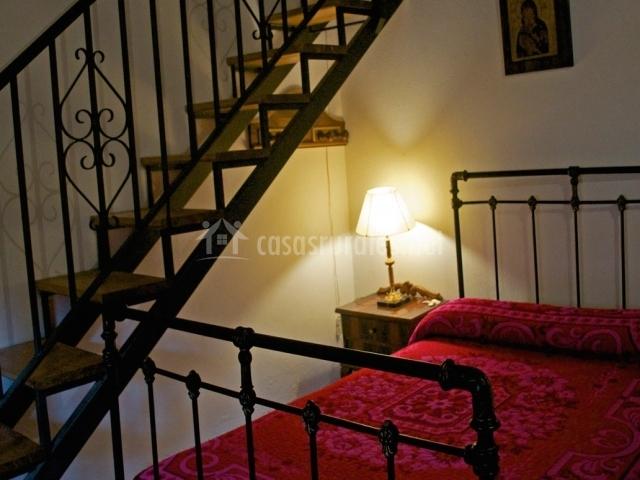 Vivegredos casa t a clotilde en cabezas bajas vila for Cama bajo escalera