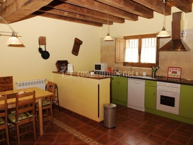 Casa las golondrinas en valdevarnes segovia for Cocina verde pistacho