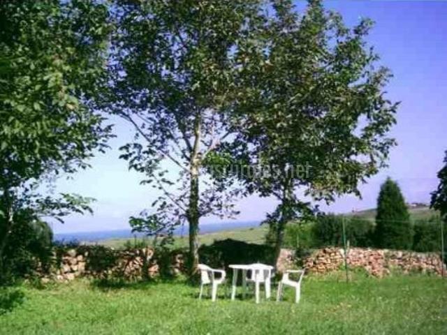 Baño Con Vista Al Jardin:Apartamento Los Limones III en Oreña (Cantabria)