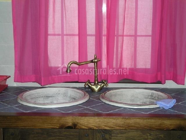 Cortinas De Baño Granada:Detalle de los grifos de la cocina con cortinas rosas