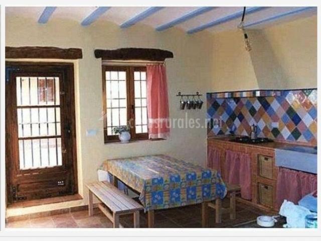 Casa del abuelo amancio en rubielos bajos cuenca - Cocinas con salida al patio ...