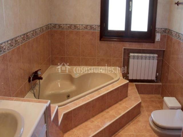 Casa rural la abuela en rascafria madrid for Jacuzzi para interior