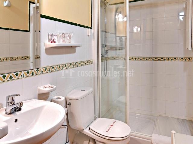 Baños Verde Con Beige:dormitorio con cama de matrimonio dormitorio con pared de piedra