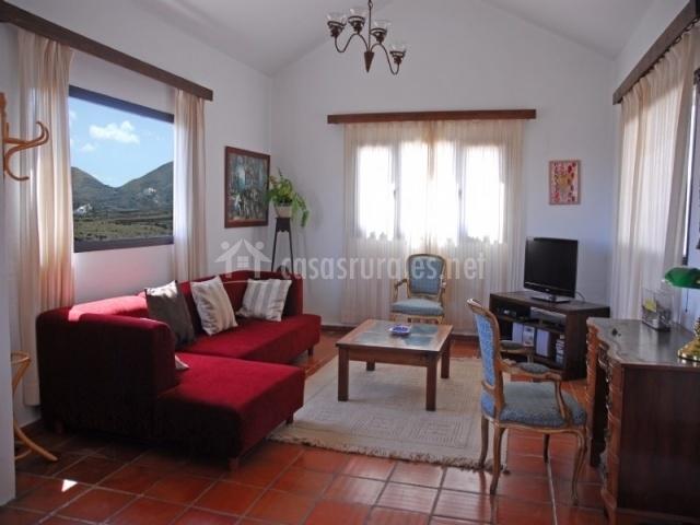 Casa rural el quinto en la vegueta lanzarote - Salon con sofa rojo ...