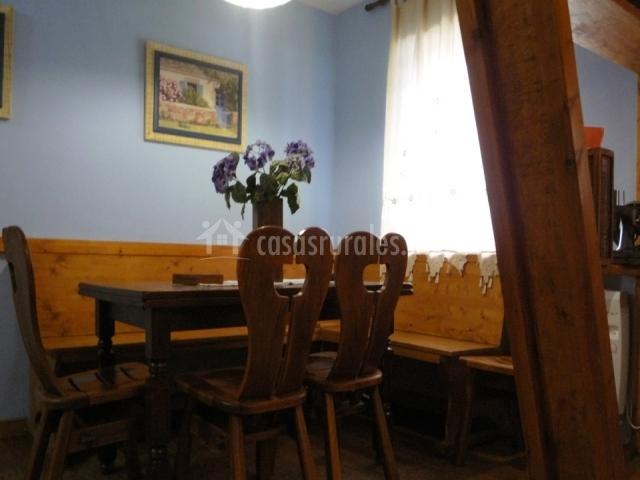 La palmera las calderas en camplengo cantabria for Mesas de cocina con banco esquinero