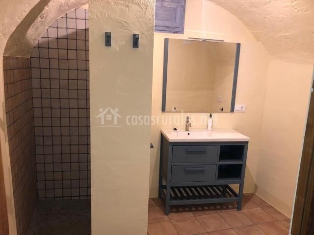 Baños Con Torre Ducha: dormitorio abuhardillado con dos camas baño amplio con ducha