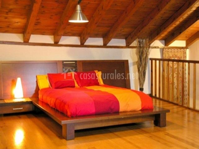 Casa grande del acebal en torrearevalo soria - Dormitorio de madera ...