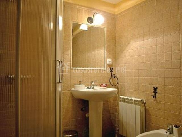 Muebles De Baño Urbion:con ventana de madera espejo en el cuarto de baño