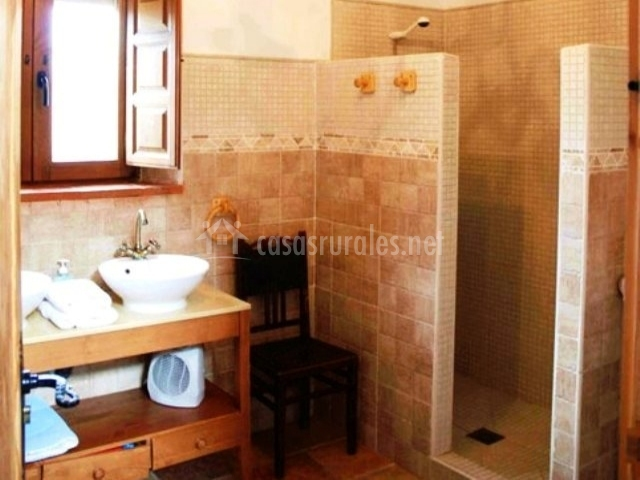 Baños Con Ducha Abierta:cuarto de baño con paredes de piedra dormitorio con dos