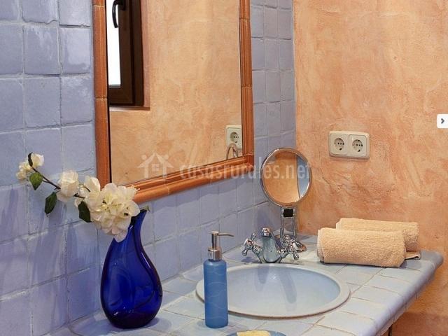 Baños Con Azulejos Rosas:cocina amueblada con mesa y muebles de madera ducha con