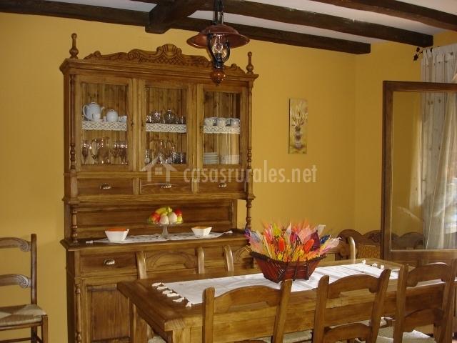 Azulejos Para Baños Asuncion:salón cocina de muebles oscuros comedor con estantería para vajilla