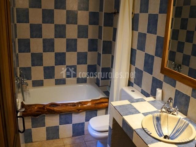 Casa quincalla i en gamones zamora - Banos con azulejos azules ...