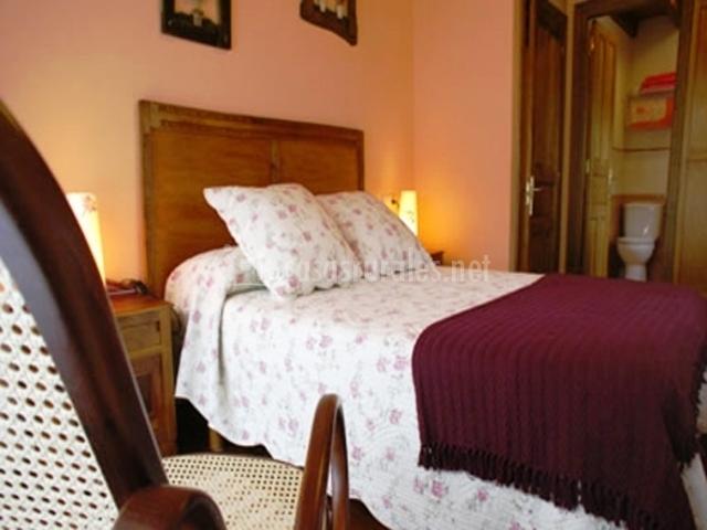 El sot mbanu en arangas asturias for Dormitorio granate