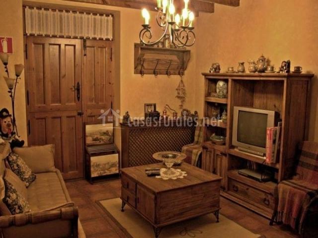 La casa del escribano en mudrian segovia for Sala de estar madera