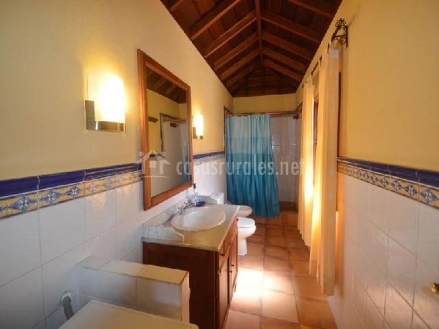 Baños Con Ducha Negra:camas individuales dormitorio con techo de madera baño con ducha