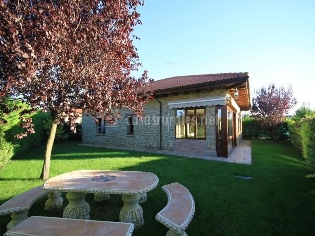 Casa rural muskildia etxea en villatuerta navarra for Casa rural con jardin