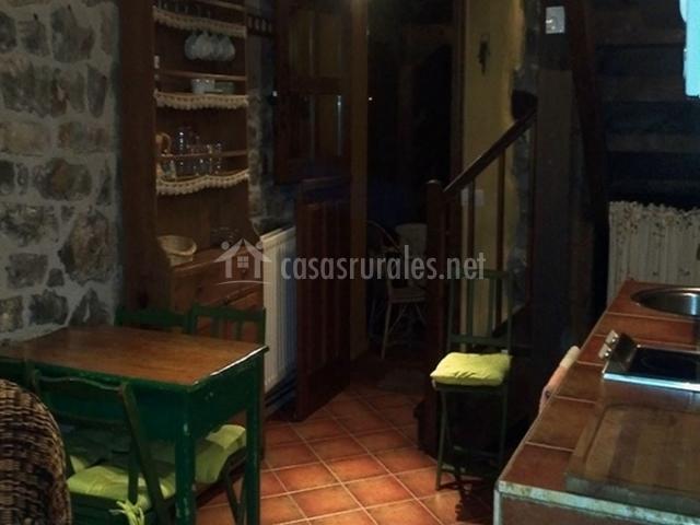 Las casitas de andrea la peque ita en oseja de sajambre for Cocina abierta sala de estar