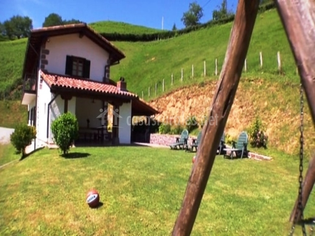 Casa rural bordaberri en echalar etxalar navarra for Casa rural con jardin