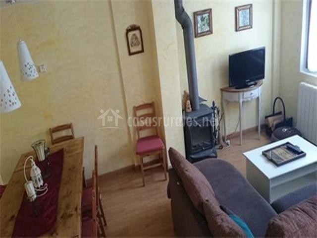 Casa los avellanos ii en escarrilla huesca for Sala de estar y comedor