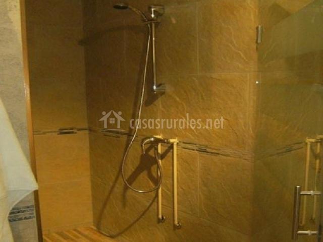 Baños Con Torre Ducha:dormitorio con dos camas y cabeceros de hierro dormitorio con