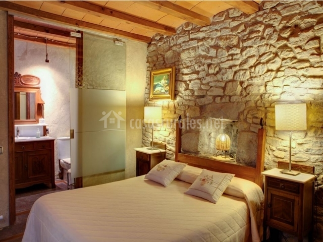 Decoracion Baño Rural: con techos de teja, pared de piedra y baño privado en la casa rural