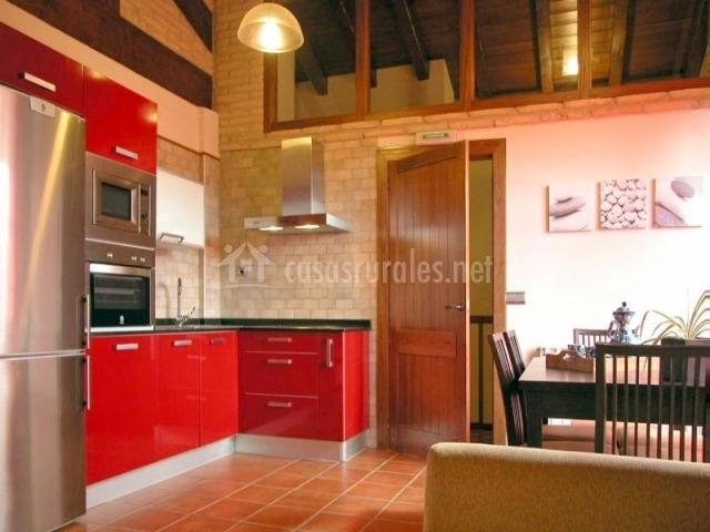 de la cocina americana de muebles rojo y la mesa de comedor de madera