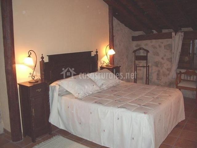 Baño General En Cama:Cama de matrimonio en dormitorio en piedra