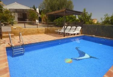 Casas rurales en el tomillar torre del mar con piscina for Piscina torre del mar
