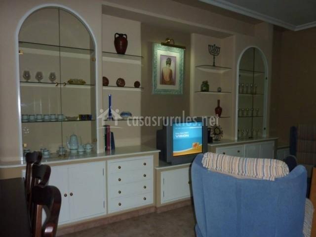 El Baño Azul Pozuelo:salón comedor con sofás azules salón comedor con televisor salón