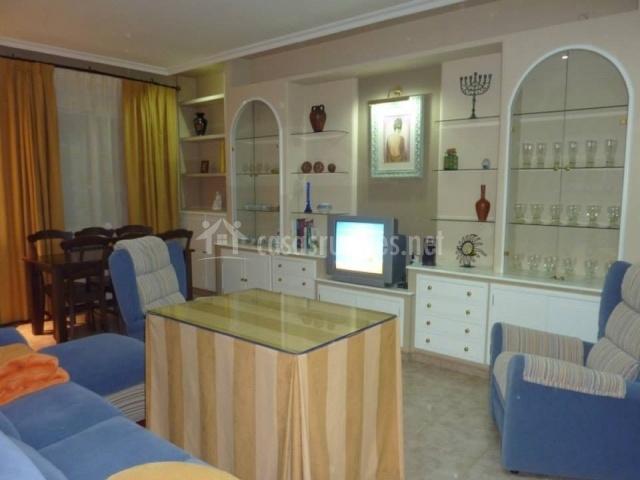 El Baño Azul Pozuelo:televisor salón comedor con sofás azules salón comedor con